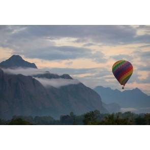 Fotobehang luchtballon in de bergen